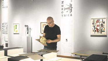 Dr Piotr Rypson, wicedyrektor Muzeum Narodowego i kurator wystawy 'Papież awangardy. Tadeusz Peiper w Hiszpanii, Polsce, Europie'