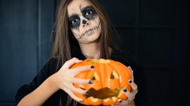 Jak zrobić upiorny makijaż czarownicy na Halloween? Podpowiadamy krok po kroku