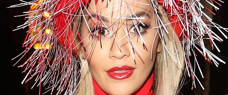 Rita Ora niby skromnie, ale rozcięcie sukni sięgało wysoko. Za wysoko, bo na czerwonym dywanie zaliczyła wpadkę. Aż tyle nie chciała pokazać