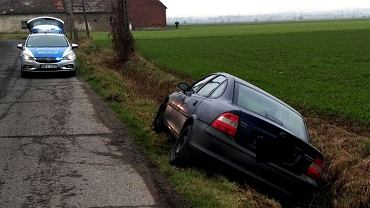 Pijany kierowca jazdę zakończył w rowie