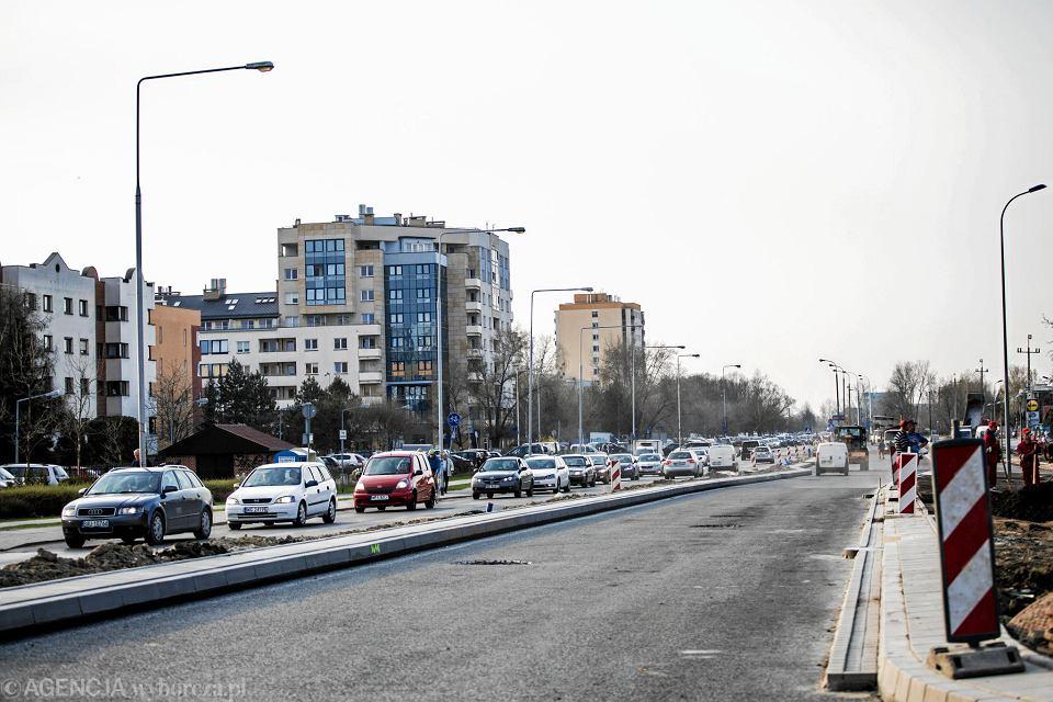 Przebudowa ulicy Relaksowej - długi korek na jezdni od ul. Rosoła w kierunku ulic Rosnowskiego i Korbońskiego w Powsinie