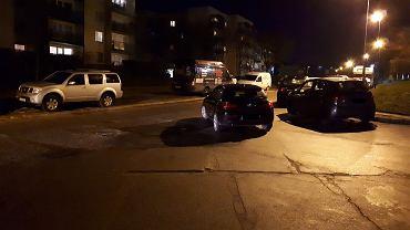Podwójne parkowanie na skrzyżowaniu ulicy Wiosny Ludów