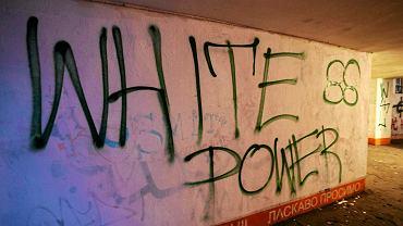 Rasistowskie napisy na ścianach jednej z kamienic na Nowym Świecie