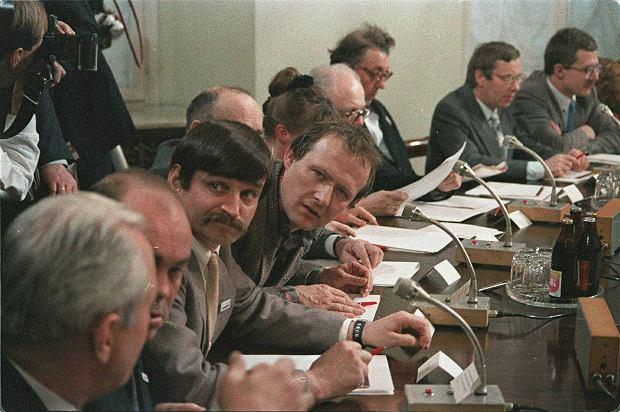 Adam Michnik, ekspert 'Solidarności' regionu Mazowsze i członek Komitetu Obywatelskiego, podczas obrad plenarnych Okrągłego Stołu w kwietniu 1989 r.