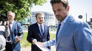 Symbol Polski Walczącej na tle tęczowej flagi. Politycy prawicy składają zawiadomienia o popełnieniu przestępstwa