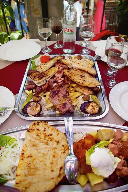 Smaczne popołudnie w Mostarze: talerz różności w restauracji Šadrvan.