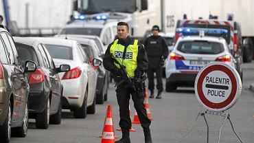 Policja kontroluje samochody w pobliżu francuskiej granicy