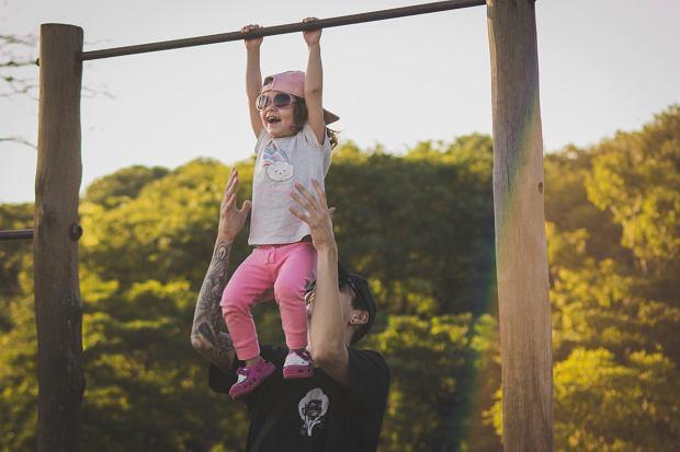 Ojcowie kąpią i karmią dzieci, chodzą na rodzinne spacery, bawią się z dziećmi. Ale nie we wszystkie zabawy.
