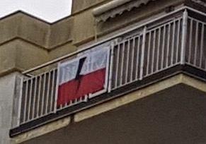Zdjęcie numer 3 w galerii - Flaga na balkonie znieważona piorunem? Policjant w dresie wszedł i ją zdjął. Bez nakazu