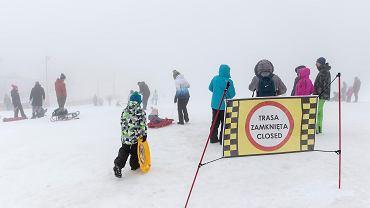 Biały Krzyż. Rodzice z dziećmi na zamkniętym stoku narciarskim