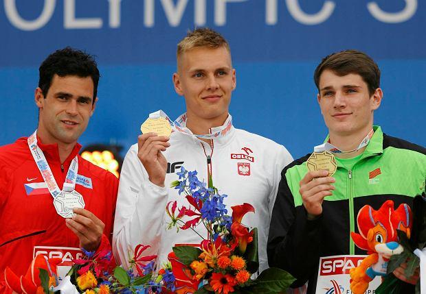 Podium w skoku o tyczce mężczyzn: brązowy medalista Jan Kudlicka (Czechy), złoty Robert Sobera i srebrny Robert Renner (Słowenia)