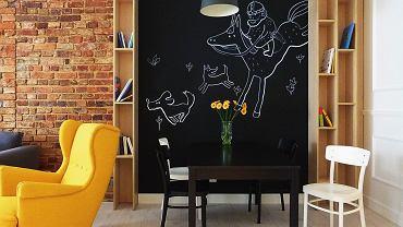 Ściana pokryta tablicówką to idealne miejsce, by pochwalić się swoją twórczością.