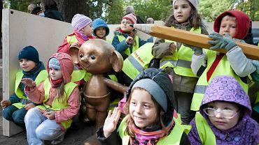 Odsłonięcie pomnika Plastusia w Łodzi. Dzieci bohatera książki napisanej w 1931 r. przez Marię Kownacką najwyraźniej znają. To, czym są wspominane w niej gałganki, kałamarze i stalówki, muszą im wytłumaczyć dorośli