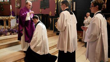 W Popielec w kościołach wierni pochylają głowy przed kapłanem, który posypuje je popiołem (zdjęcie ilustracyjne) Fot. GRAŻYNA MARKS