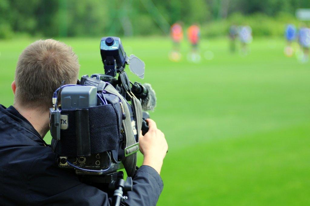 Operator kamery TV na treningu Lecha Poznań