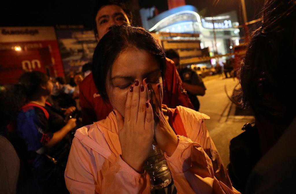 Strzelanina w Tajlandii: co najmniej dwadzieścia osób nie żyje. Napastnik strzelał z karabinu maszynowego do ludzi w centrum handlowym w mieście Nakhon Ratchasimana, na północy kraju. Na zdjęciu: Ewakuacja centrum handlowego Terminal 21. Tajlandia, 8 lutego 2020