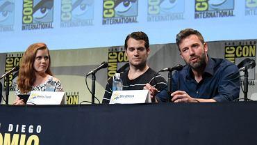 """Amy Adams, Henry Cavill, Ben Affleck podczas konferencji prasowej promującej film """"Batman v Superman: Świt sprawiedliwości"""""""
