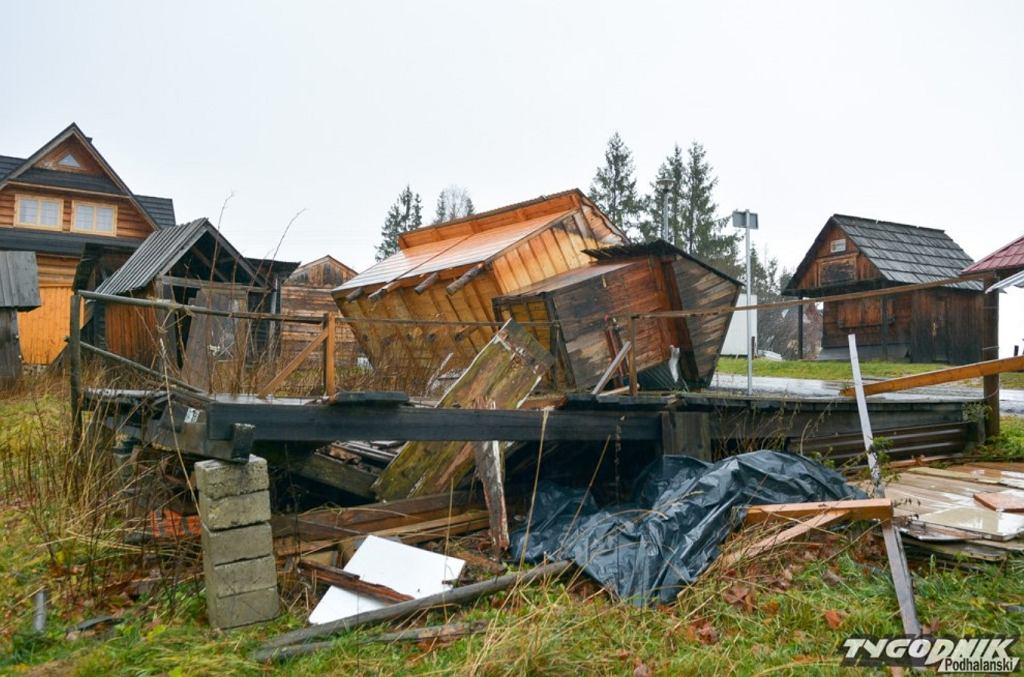 Zniszczone stragany po halnym w listopadzie 2019 roku.