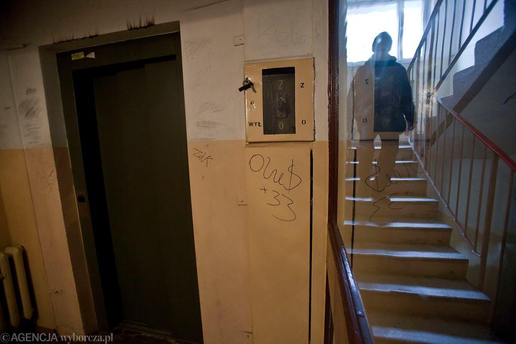Wrocław. Wspólnota zamurowała przejście do windy, starsi lokatorzy uwięzieni w mieszkaniach