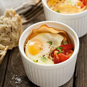 Jajka zapiekane z szynką, pomidorami i niedźwiedzim czosnkiem