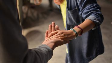 Jak się zachować podczas koronawirusa? Czy  podawanie dłoni jest na pewno dobrym pomysłem?