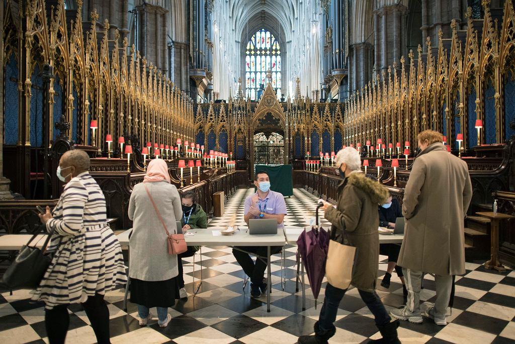 Szczepienia na COVID-19 w Wielkiej Brytanii odbywają się także w świątyniach, między nabożeństwami