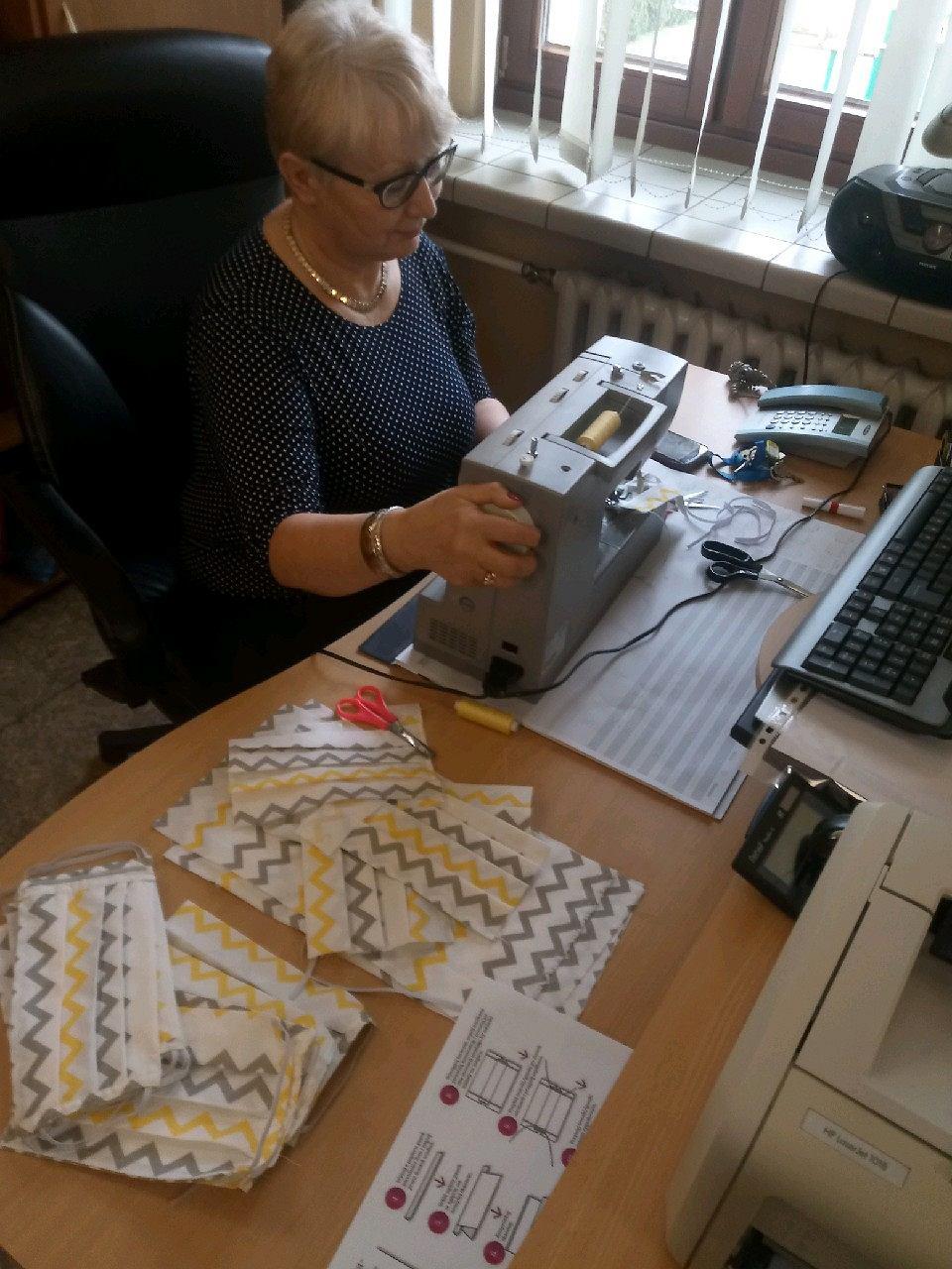 Dom kultury w Lędzinach zainicjował szycie maseczek w związku z epidemią koronawirusa