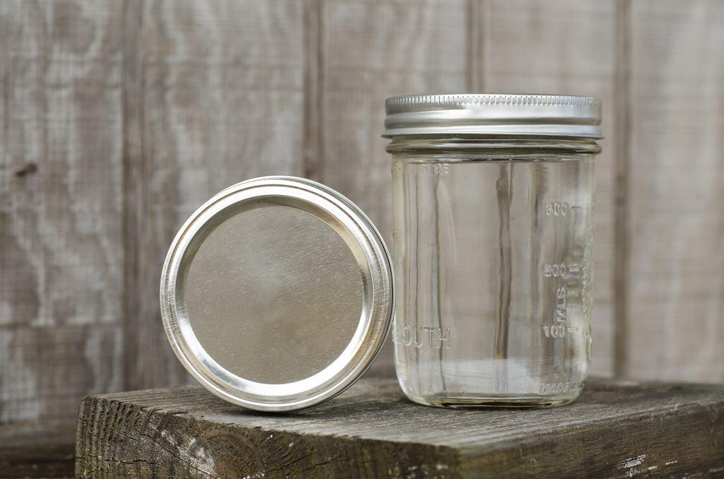 Jak wyparzyć słoik w piekarniku? Należy zrobić to w temperaturze 100 stopni Celsjusza. Zdjęcie ilustracyjne, Reece with a C/shutterstock.com