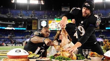 Justin Tucker i Jacoby Jones z Baltimore Ravens jedzą tradycyjnego indyka po meczu w Święto Dziękczynienia