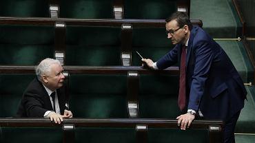 Wicepremier Jarosław Kaczyński i jego partyjny podwładny, premier rządu PiS Mateusz Morawiecki w sejmowych ławach. Warszawa, 27 marca 2020