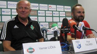 Trener Werner Liczka z lewej strony
