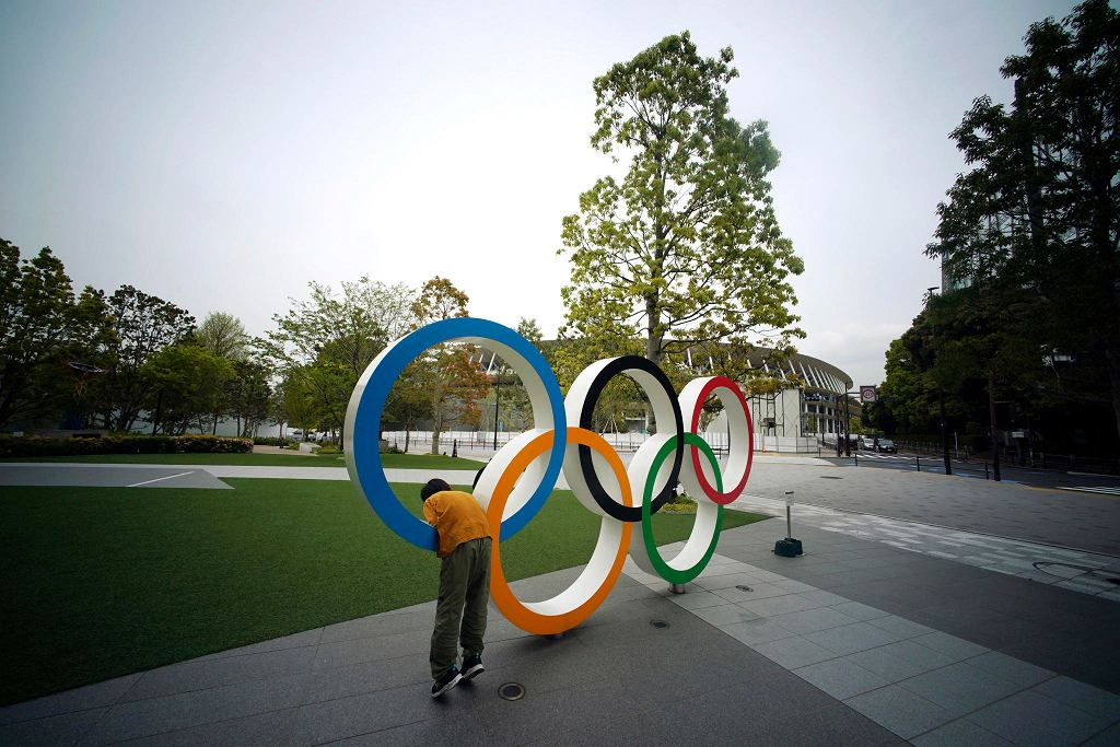 Symbol igrzysk olimpijskich przed nowym stadionem w Tokio