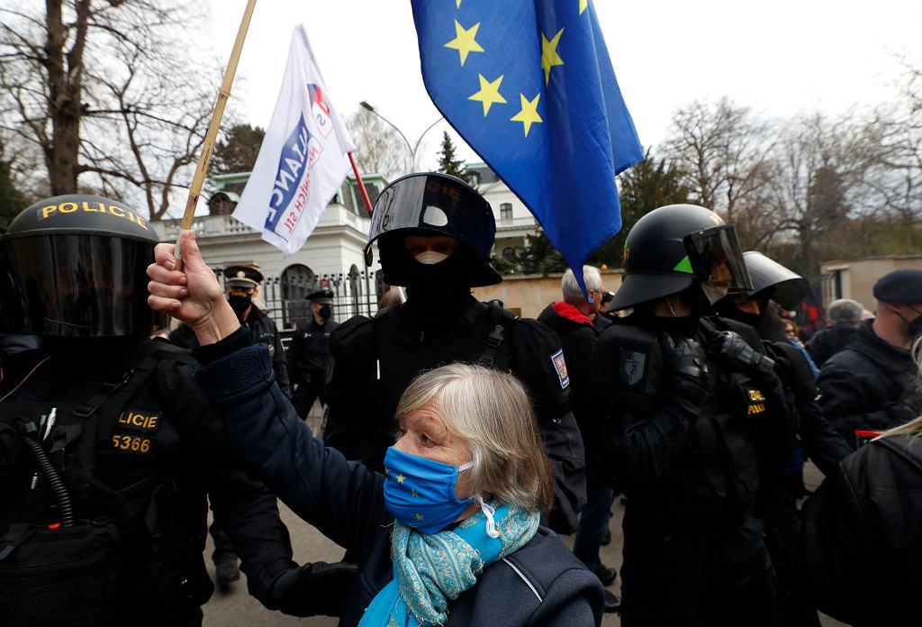 Czesi chcą wydalić niemal wszystkich rosyjskich dyplomatów? Projekt rezolucji (Na zdjęciu protest przed ambasadą rosyjską w Pradze)