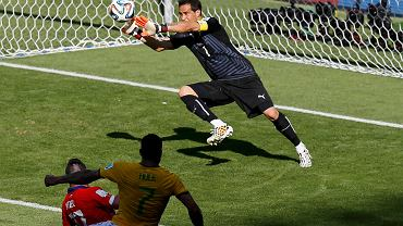 Chiles goalkeeper Claudio Bravo saves a shot during their 2014 World Cup round of 16 game against Brazil at the Mineirao stadium in Belo Horizonte