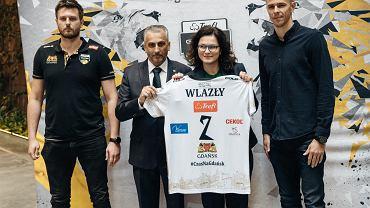Mariusz Wlazły (pierwszy z prawej) w towarzystwie prezydent Gdańska Aleksandry Dulkiewicz, prezesa klubu Dariusza Gadomskiego (drugi z lewej) oraz trenera Michała Winiarskiego