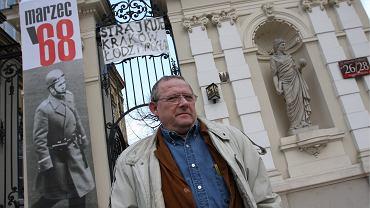 Adam Michnik przed brama Uniwersytetu Warszawskiego w 40. rocznicę Marca '68.