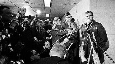 Hugh C. Thompson rozmawia się z dziennikarzami przed przesłuchaniem w Pentagonie w sprawie masakry w My Lai, 4 grudnia 1969 r. w Waszyngtonie. 'Rewolwer obok Biblii. W co wierzy Ameryka' Maciej Jarkowiec