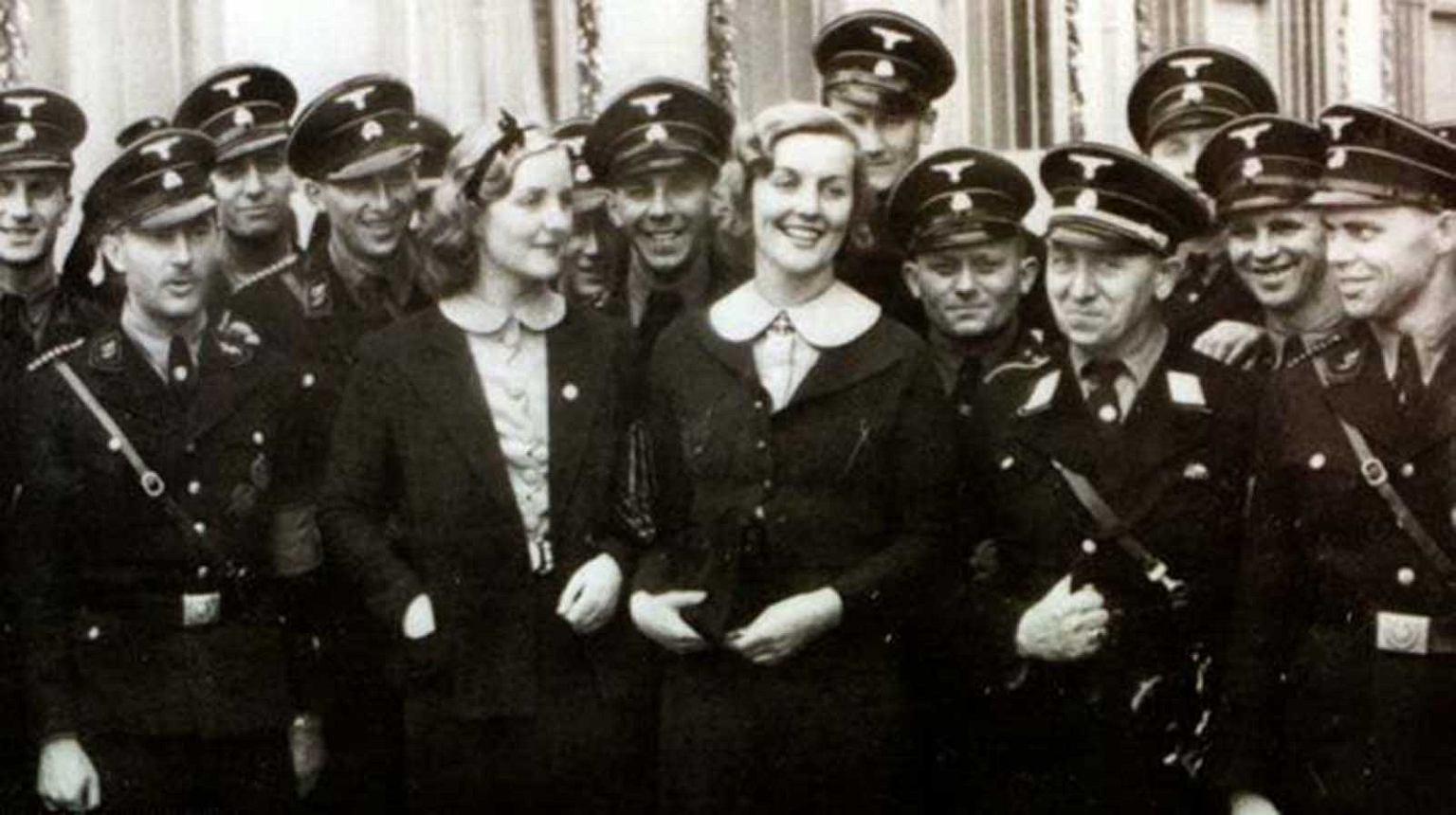 Unity Mitford (z prawej) z siostrą Dianą wśród nazistowskich żołnierzy