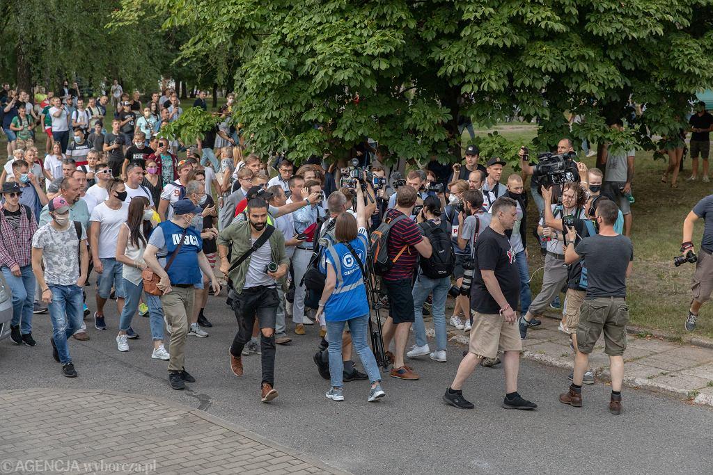 Dziennikarze relacjonują wiec poparcia dla opozycji z udziałem jednej z jej przywódczyń, Maryji Kalesnikawej, w Mińsku na Skwerze Kijowskim, 6 sierpnia 2020 r.