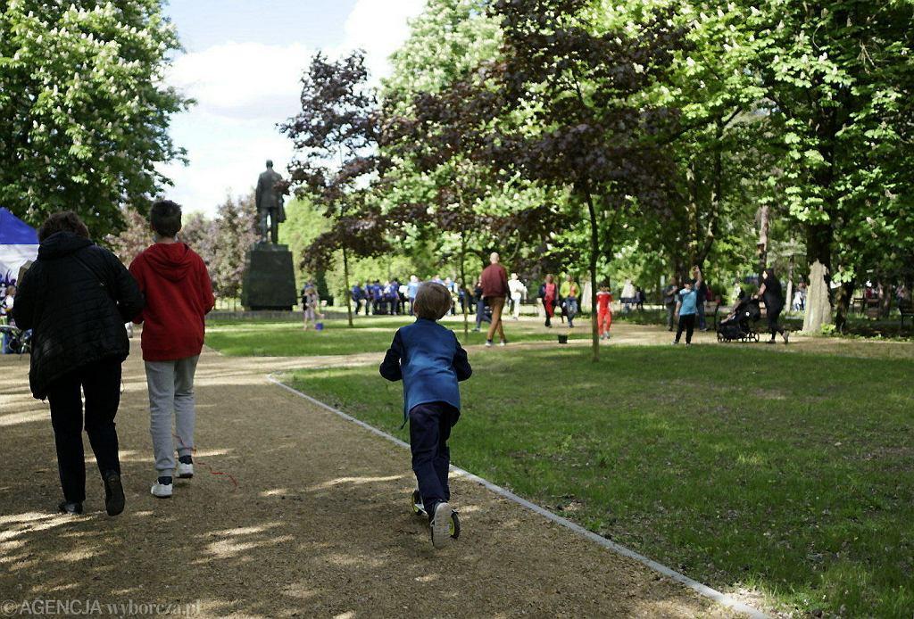 Sosnowiec otworzył w środę park Fusińskiego, który po gruntownej renowacji jest teraz pierwszym w mieście parkiem bioróżnorodności. To miejsce wzbogaciło się o oczka wodne, tarasy i pomosty ze specjalnie utwardzonego sosnowego drewna. Na prawie siedmiohektarowym terenie stworzono różnotematyczne kolekcje kwiatów, bylin i ziół. Posadzono 47 tys. krzewów i około 250 drzew. Park był zamknięty od grudnia 2019, a prace - warte prawie 7 milionów złotych - zrealizowała tutaj czeska spółka 4AS. W Dniu Matki park można było zwiedzić z przewodnikiem. Na mamy czekały kwiaty, a na dzieci m.in. wata cukrowa.