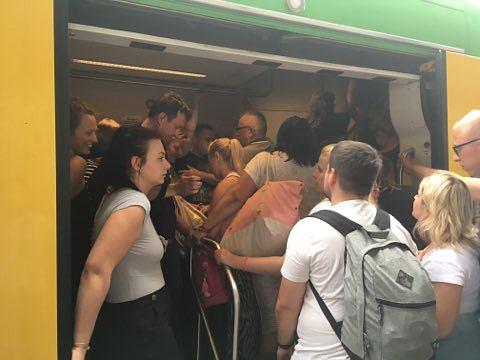 Pociąg Słoneczny z Ustki do Warszawy Zachodniej odjechał pozostawiając na peronie kilkudziesięciu pasażerów