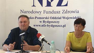Konferencja NFZ w Bydgoszczy. Dyrektor oddziału Andrzej Wiśniewski i Halina Nowicka, naczelnik Wydziału Świadczeń Opieki Zdrowotnej