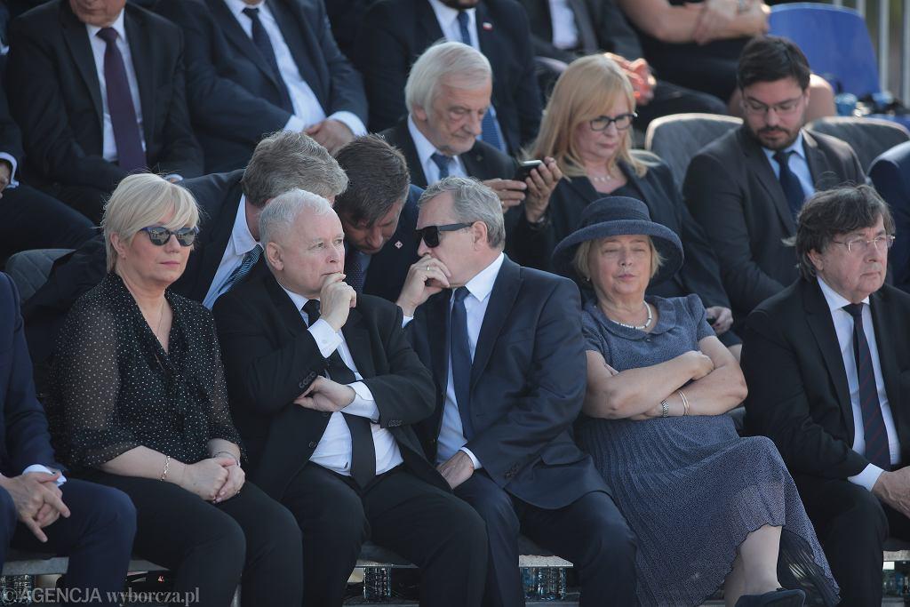 Na zdjęciu od lewej Prezes Trybunału Konstytucyjnego Julia Przyłębska, prezes Prawa i Sprawiedliwości Jarosław Kaczyński oraz minister kultury Piotr Gliński podczas obchodów 80. rocznicy wybuchu II wojny światowej.