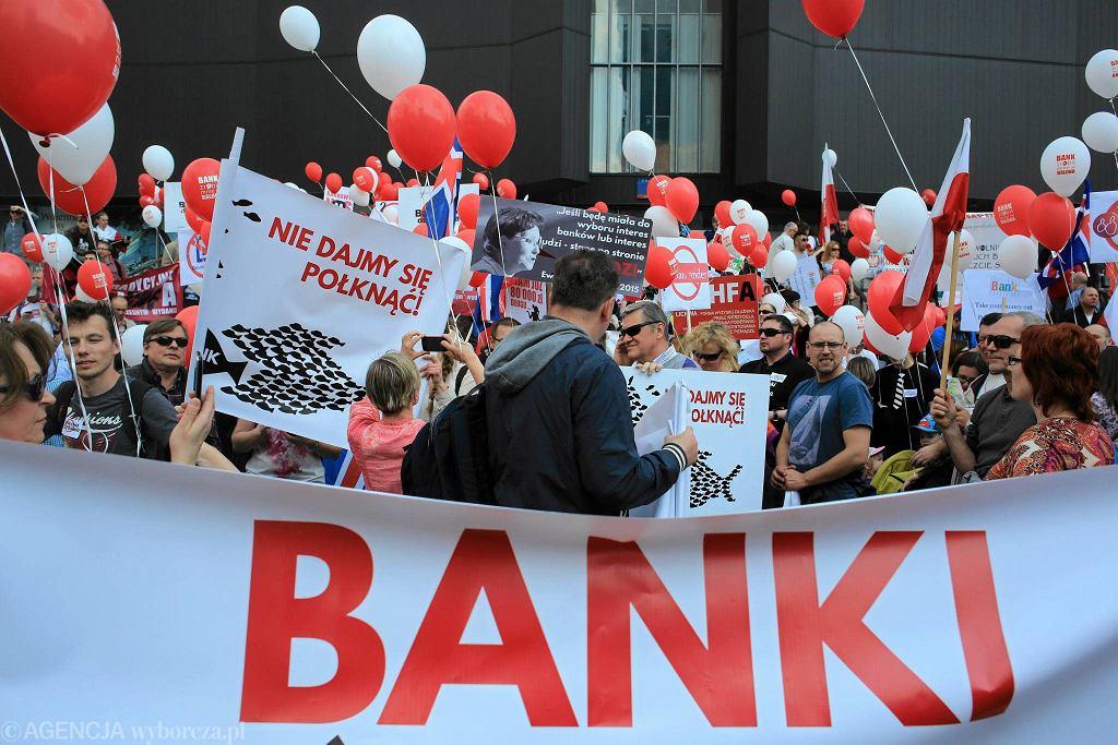 Demonstracja przeciw bankom w kwietniu 2015. Jej uczestnicy to posiadacze kredytów frankowych.