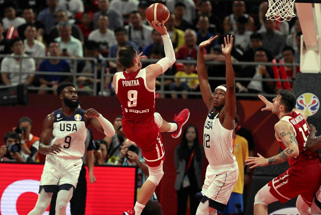 MŚ koszykarzy. Polska - USA. Myles Turner próbuje blokować Mateusza Ponitkę