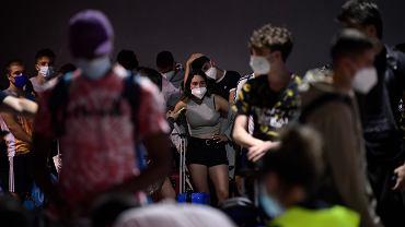Tłum ludzi w maseczkach (zdjęcie ilustracyjne)