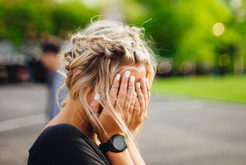 Jak wybrać suchy szampon? Jak używać suchego szamponu żeby nie zniszczyć włosów?