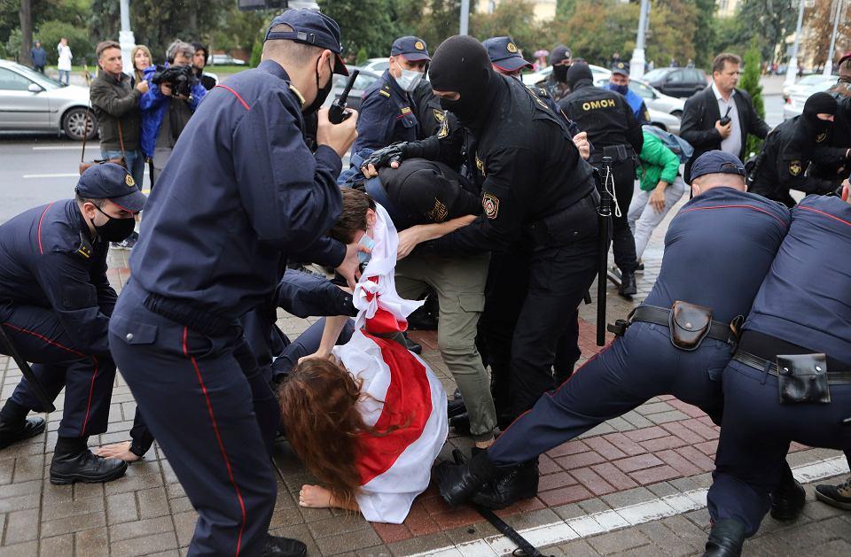 1.09.2020, Mińsk, OMON-owcy biją manifestujących studentów.