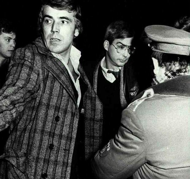 Peter Burke na zdjęciu operacyjnym wykonanym przez kontrwywiad Służby Bezpieczeństwa chwilę po zatrzymaniu. Burke przyjechał z żoną i małym dzieckiem do Warszawy 2 września 1979 r. Oficjalnie był drugim sekretarzem ds. politycznych w ambasadzie Stanów Zjednoczonych, w rzeczywistości - szpiegiem CIA o kryptonimie Amon-79