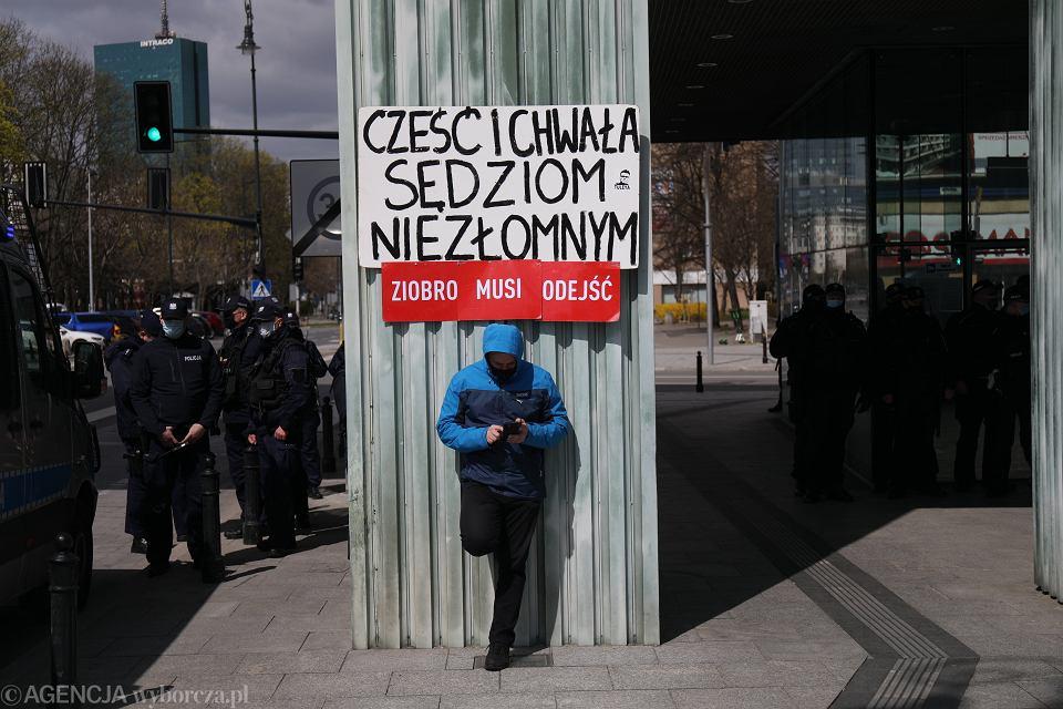 22.04.2021, Warszawa, manifestacja pod Sądem Najwyższym w ramach solidarności z sędzią Igorem Tuleyą podczas drugiego dnia obraz tzw. Izby Dyscyplinarnej w jego sprawie.